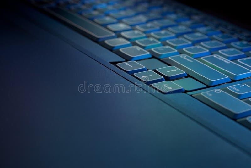 Blaue glühende PC Laptop-Tastatur lizenzfreies stockfoto