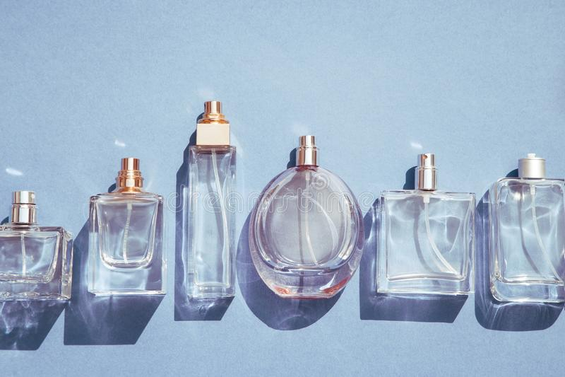 Blaue GlasParf?mflaschen stockfotografie