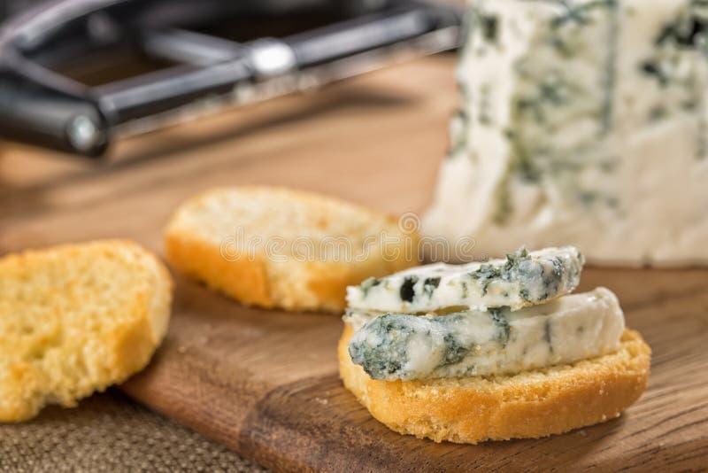 Blaue Gorgonzola-Käsescheiben auf krustigem bruschetta lizenzfreies stockbild