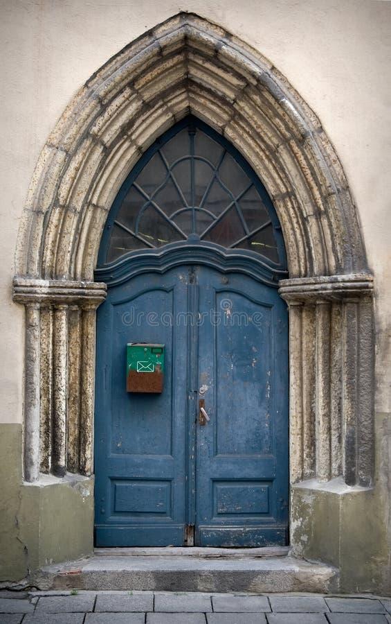 Blaue gotische hölzerne Tür stockbilder