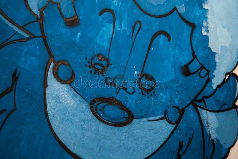 Blaue Graffitifarbe auf Betonmauer stockfotos