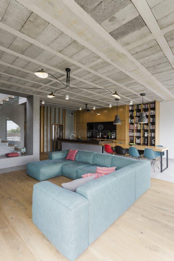 Blaue große Couch lizenzfreie stockfotos
