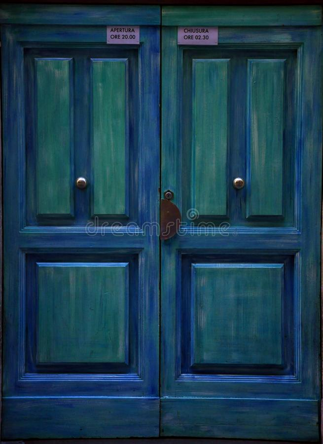 Blaue hölzerne Tür in Florenz, Italien stockfotografie