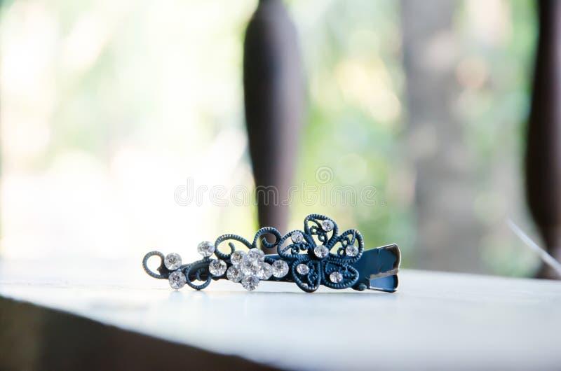 Blaue Haarnadel mit Diamanten auf einem Holz stockfotografie