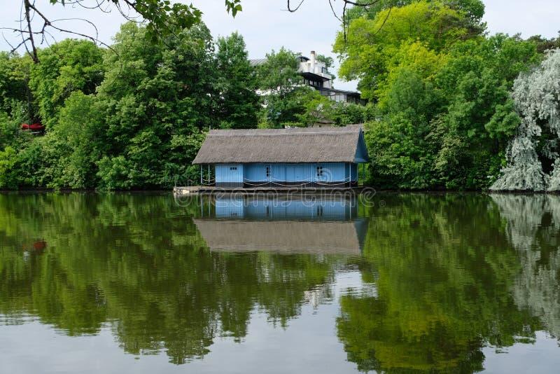 Blaue Haussymmetrie lizenzfreie stockbilder
