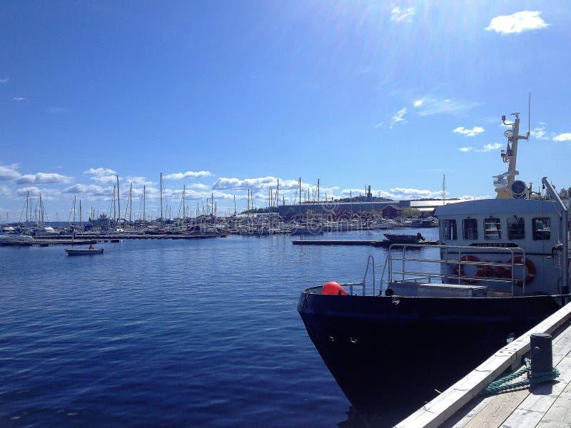 Blaue Himmel über dem Hafen stockbild