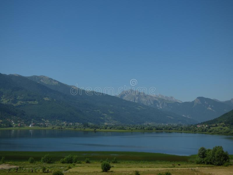 Blaue Himmel, Berge und See, Stadt Plav, Montenegro lizenzfreie stockbilder