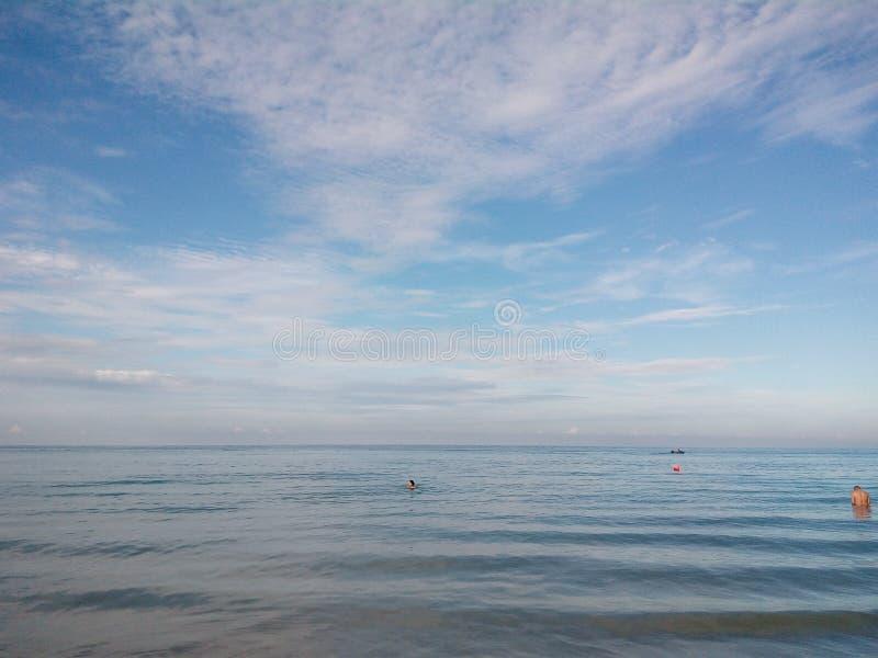Blaue Himmel der Strandfest-Familie lizenzfreies stockbild