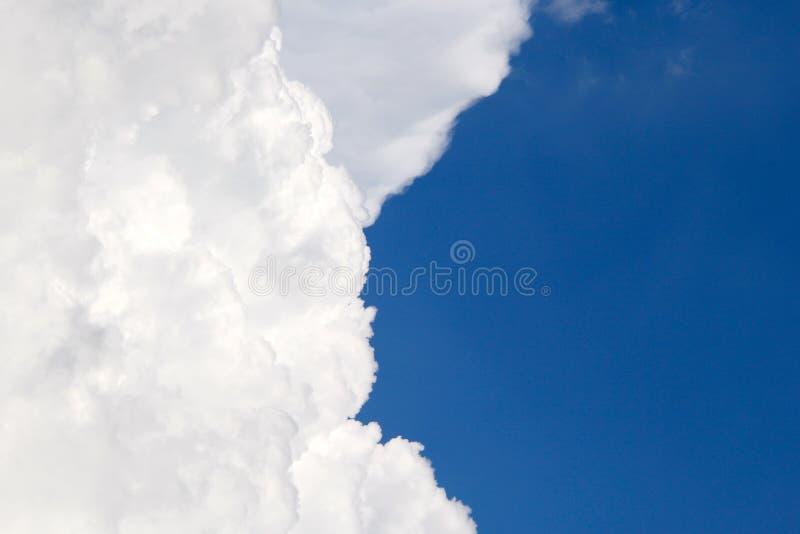 Blaue Himmel des großen flaumigen Wolkenkontrastes stockfoto