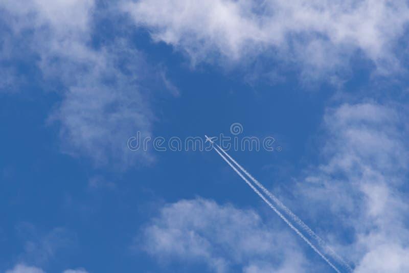 Blaue Himmel Flugzeug in den Wolken lizenzfreies stockbild