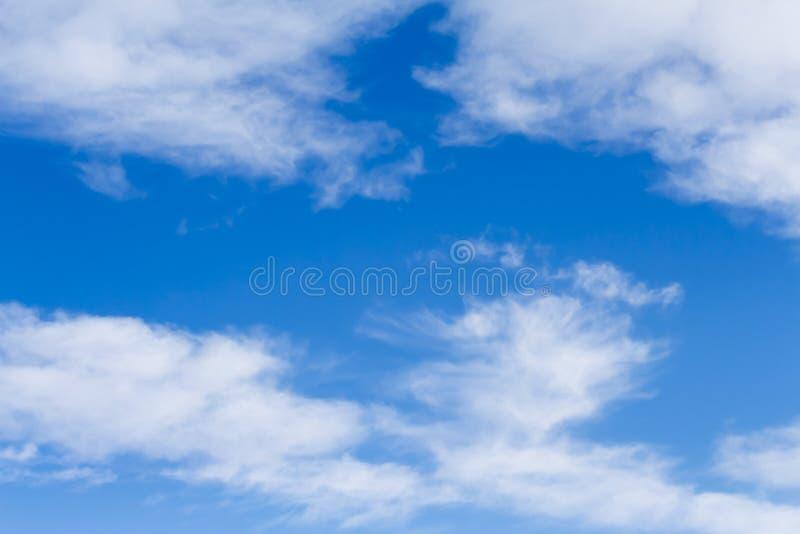 Blaue Himmel und hohe Federwolkewolken stockfotos