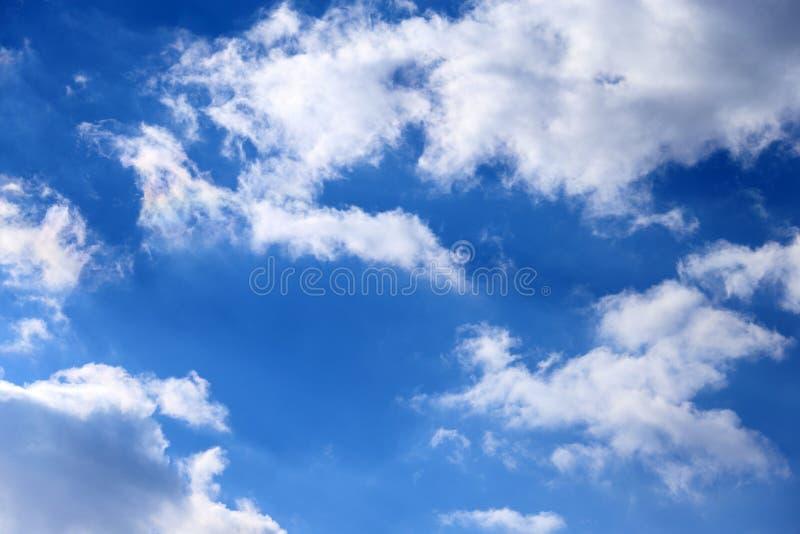 Blaue Himmel und Wolken stockbild