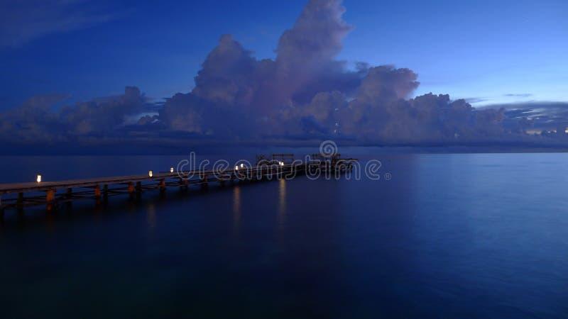 Blaue hohe Ausstellung des Piers lizenzfreie stockfotos