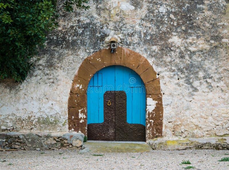Blaue Holztür im alten ländlichen Haus lizenzfreies stockfoto