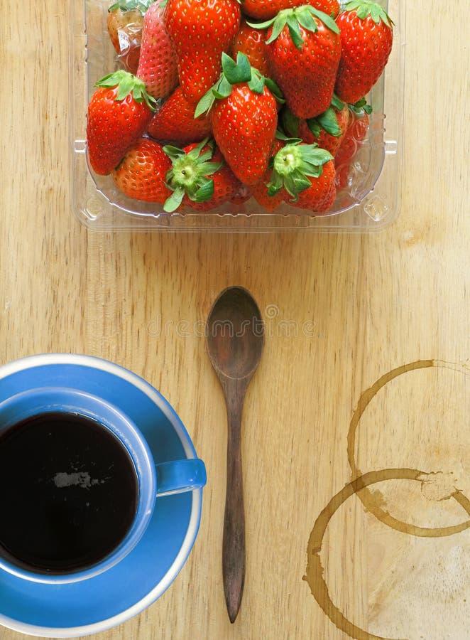 Blaue Kaffeetasse mit frischen Erdbeeren lizenzfreie stockfotografie