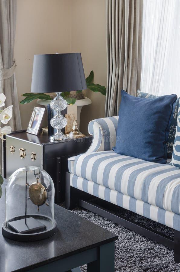 blaue kissen auf sofa mit schwarzer lampe im wohnzimmer stockbild bild von inl ndisch elegant. Black Bedroom Furniture Sets. Home Design Ideas