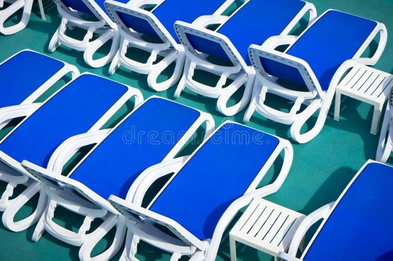 Blaue Klappstühle lizenzfreies stockfoto
