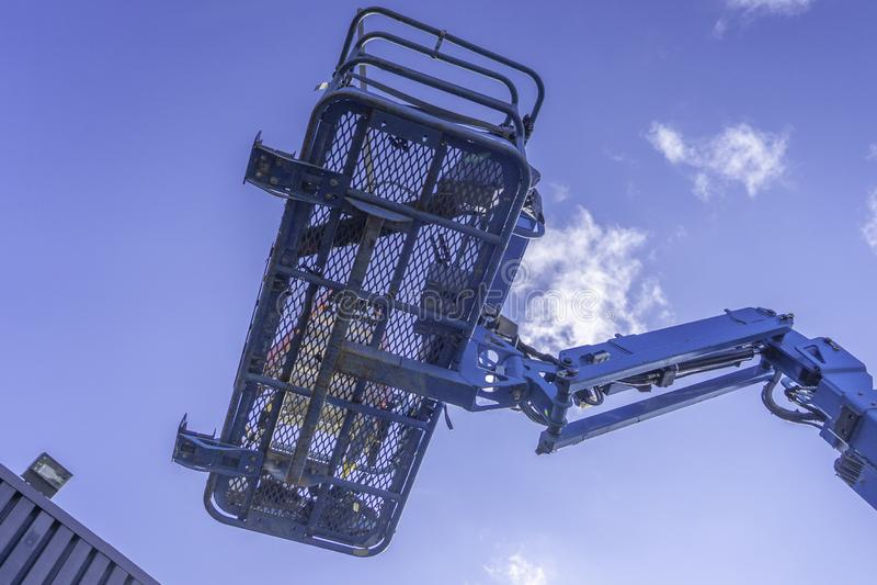 Blaue klare Himmel Cherry Picker Crane Underneaths stockbild