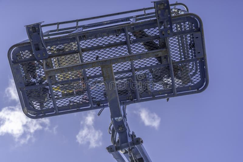 Blaue klare Himmel Cherry Picker Crane Underneaths lizenzfreie stockbilder