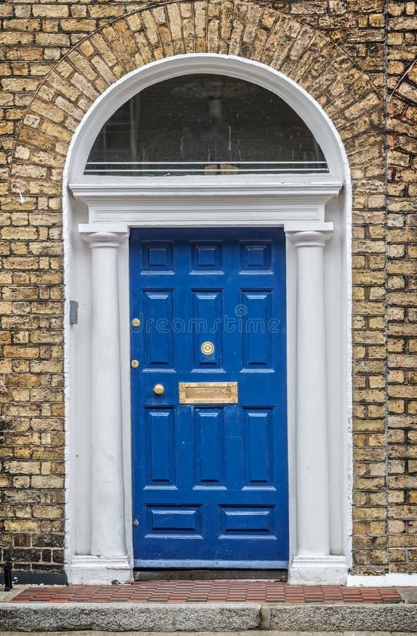 Blaue klassische Tür in Dublin, Beispiel der georgischen typischen Architektur von Dublin Ireland lizenzfreie stockfotos