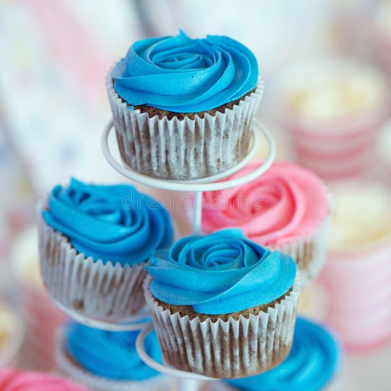 Blaue kleine Kuchen lizenzfreie stockbilder