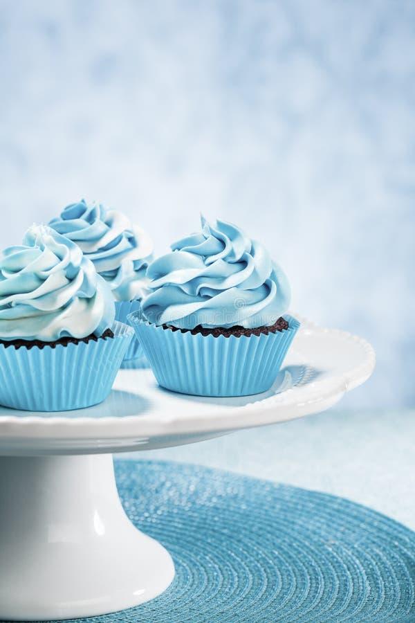 Blaue kleine Kuchen lizenzfreie stockfotos