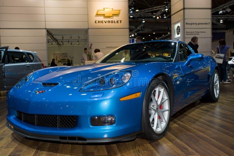 Blaue Korvette auf Autoerscheinen stockfotografie