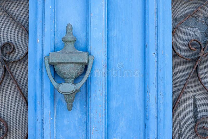 Blaue lackierte Tür mit Fenstern und Vintage-Griff stockbilder