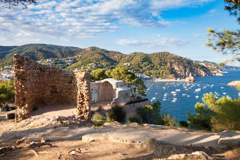 Blaue Lagune am Fuß des Schlosshügels von Tossa de Mar, Spanien lizenzfreie stockfotografie