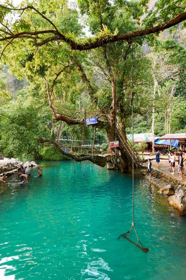 Blaue Lagune in Vang Vieng, Laos, berühmtes Reiseziel mit klarem Wasser und tropischer Landschaft stockfoto