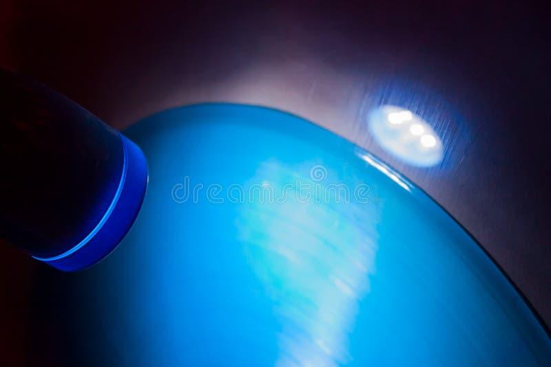 Blaue Lampe, die auf Vinylaufzeichnung auf Wand in der Disco glänzt stockfotos