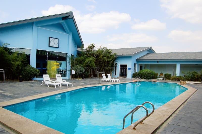 Blaue Landhäuser und Schwimmbäder stockfotos