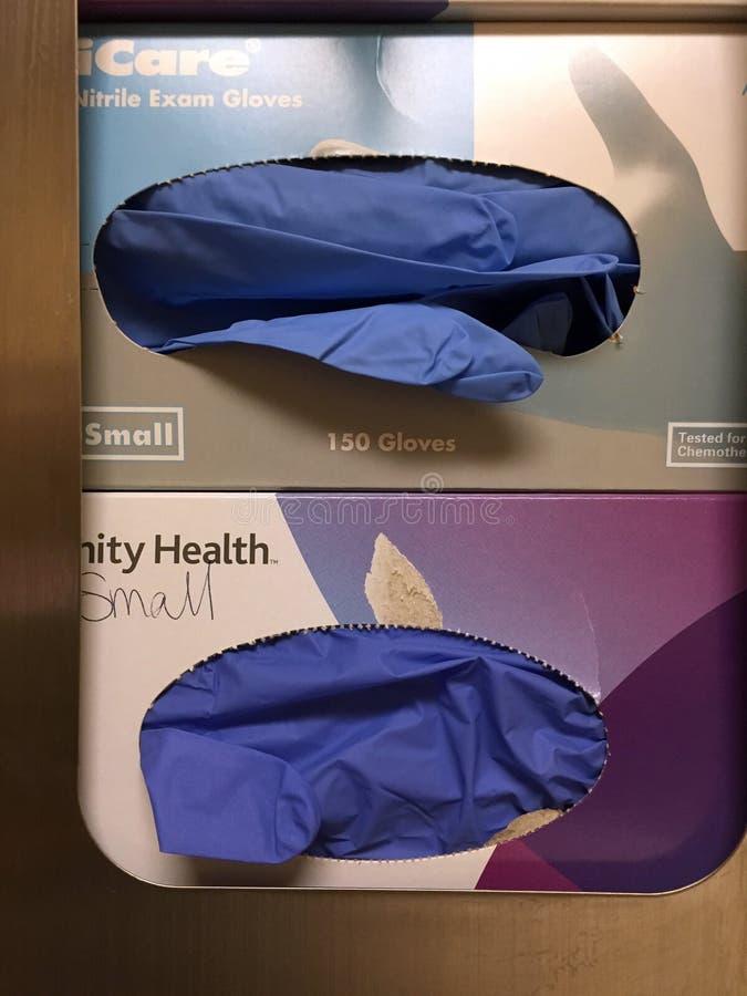 Blaue Latex-Handschuhe für medizinischen Schutz lizenzfreie stockfotos