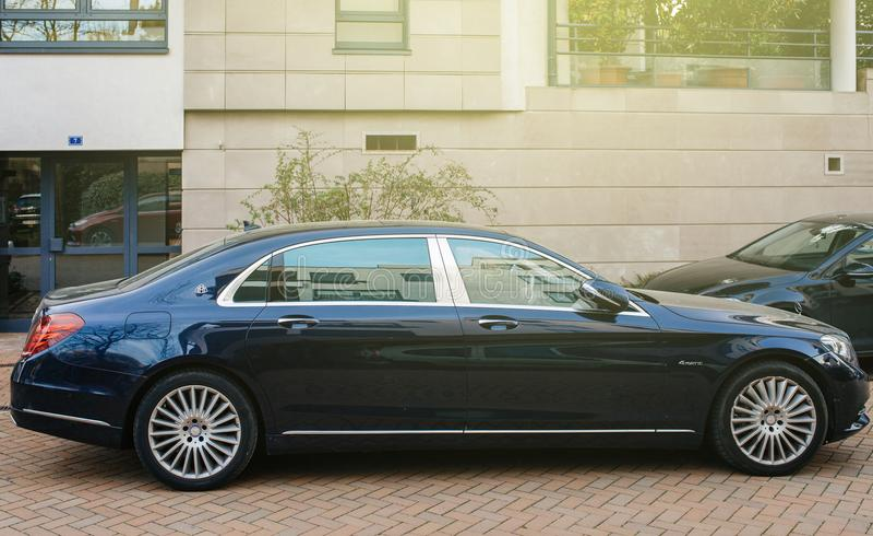 Blaue Luxuslimousine Mercedess-Maybach s600 lizenzfreie stockfotografie