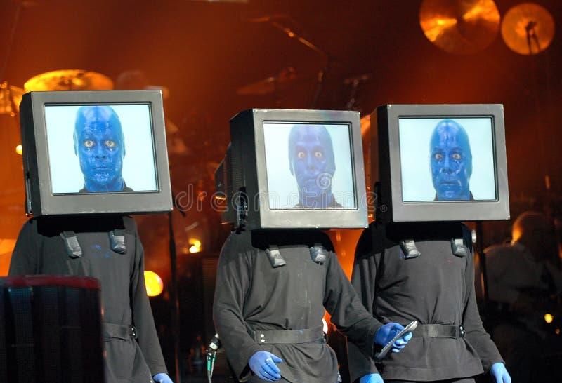 Blaue Manngruppenleistung lizenzfreie stockbilder