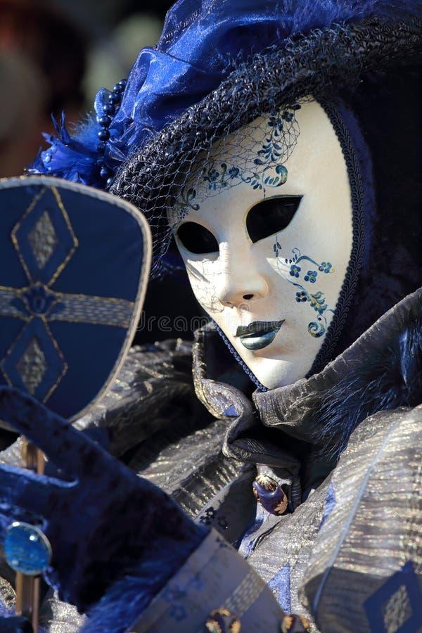 Blaue Maske Mit Einem Spiegel Am Karneval Von Venedig ...
