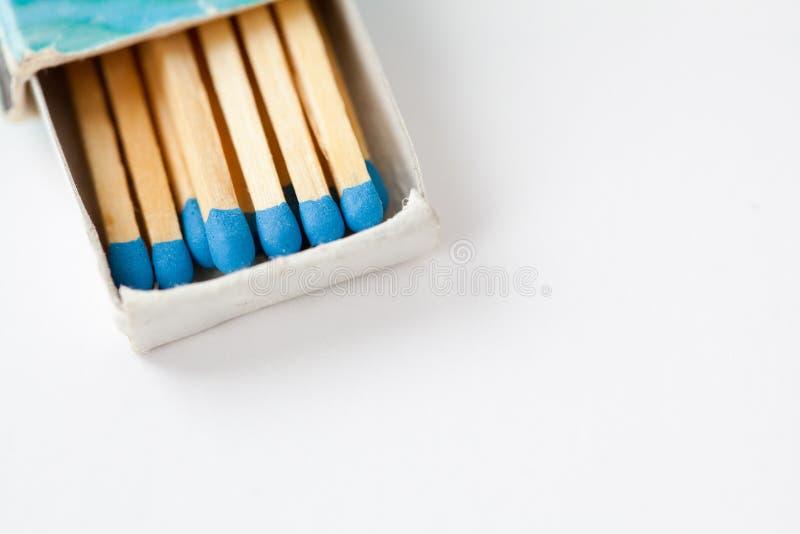 Blaue Matchsticks in der Weinlesestreichholzschachtel auf Weiß Makroansicht passt in geöffnetem Kasten, flache Schärfentiefe zusa lizenzfreies stockfoto