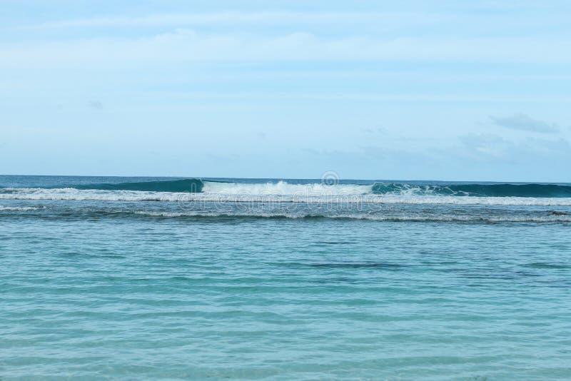 Blaue Meereswellen und Himmel stockbilder