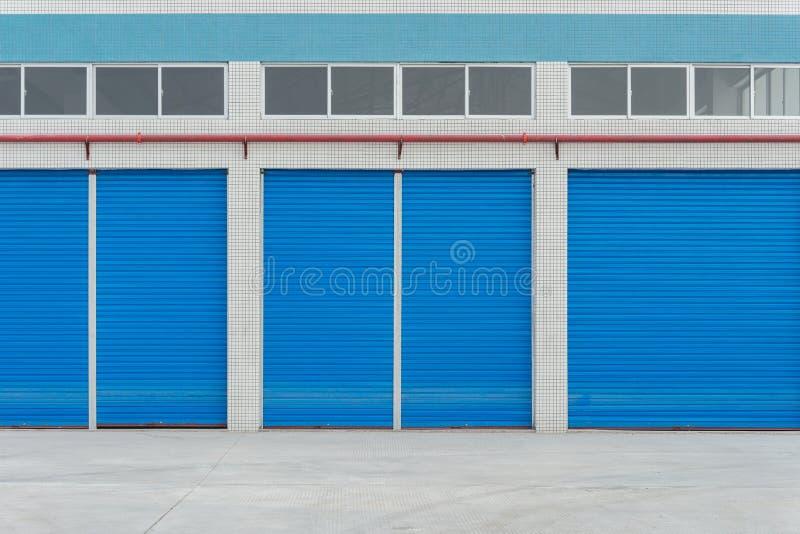 Blaue Metallfensterladentüren auf Handelsshop lizenzfreie stockbilder