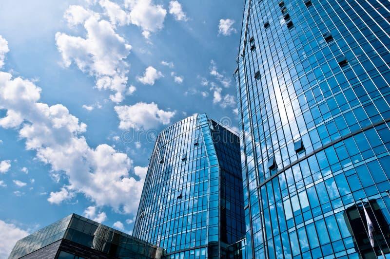 Blaue moderne Architektur-Gebäude lizenzfreie stockbilder