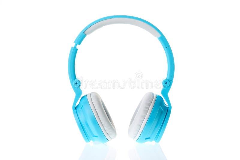 Blaue moderne drahtlose Kopfhörer lokalisiert auf einem weißen Hintergrund lizenzfreies stockfoto