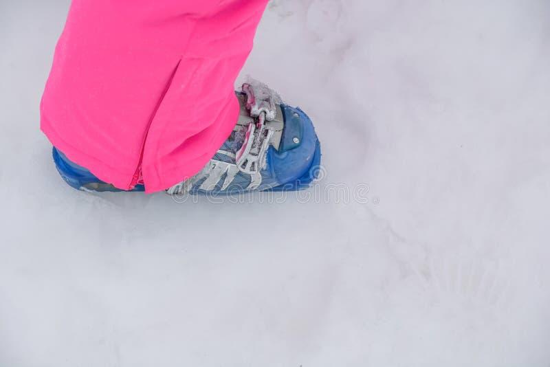 Blaue moderne Skischuhausrüstung auf kaltem Gebirgsschnee lizenzfreies stockfoto