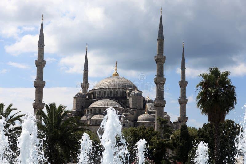Blaue Moschee hinter dem Brunnen stockfoto