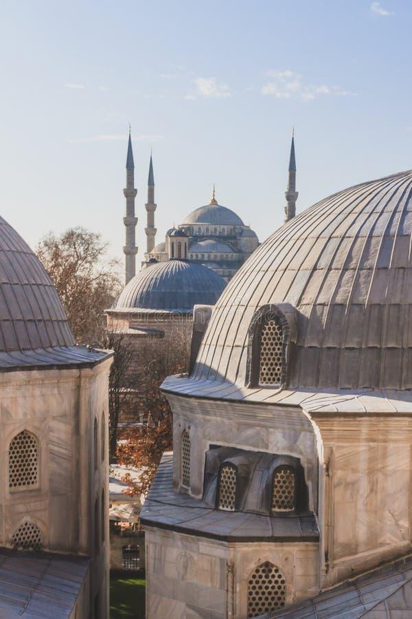 Blaue Moschee oder Sultan Ahmed Mosque, über Hauben in Istanbul, die Türkei lizenzfreie stockfotografie