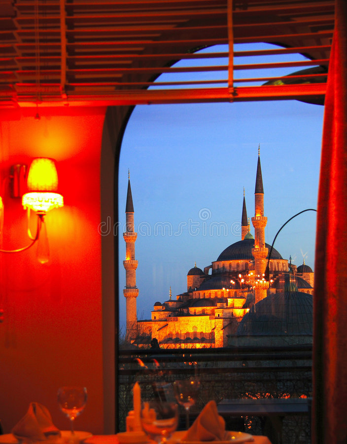 Blaue Moschee von einem Gaststättefenster lizenzfreie stockbilder