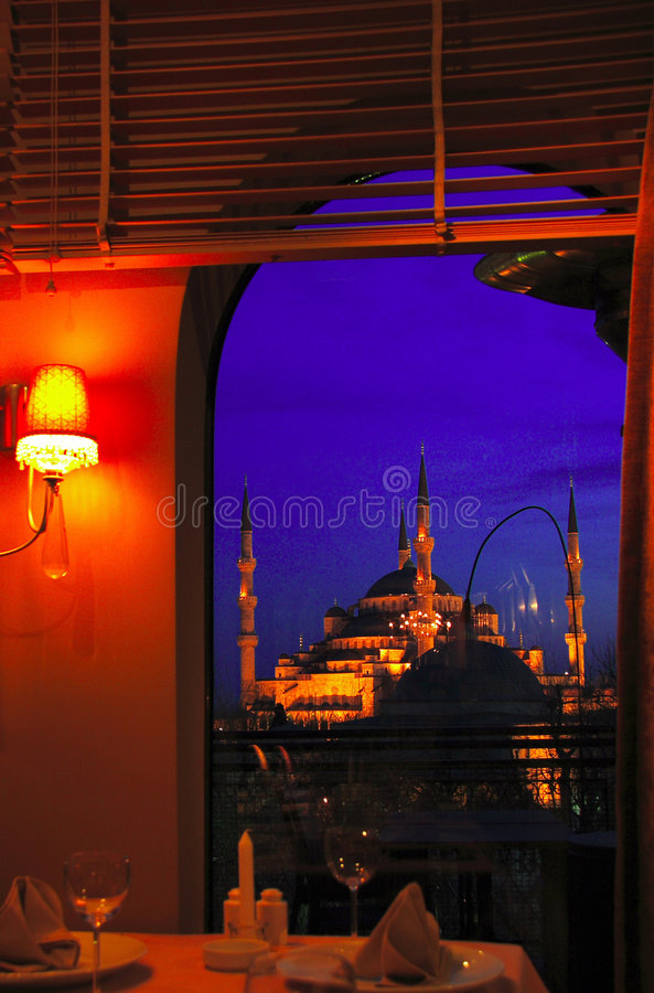 Blaue Moschee von einem Gaststättefenster lizenzfreies stockbild