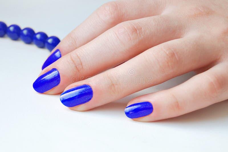 Blaue Nägel lizenzfreie stockbilder