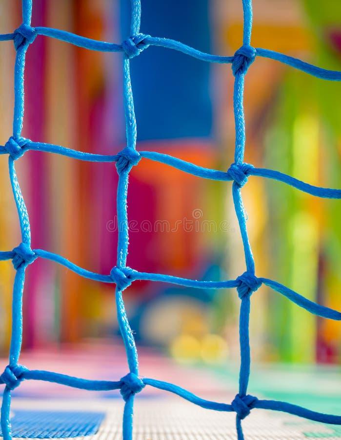 Blaue Nettonahaufnahme im Kinderspielplatz Buntes Plastik-backgr stockfoto