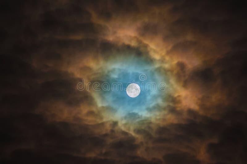 Blaue omin?s Mondlichter durch die Wolken Sonnenblume des n?chtlichen Himmels stockfoto