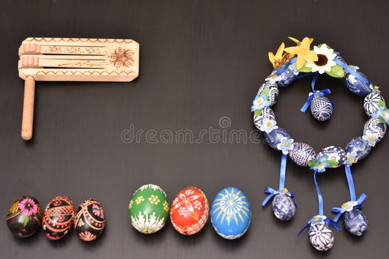 Blaue Ostern-Girlande mit farbigen Eiern lizenzfreies stockbild